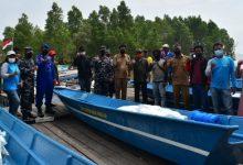 Photo of Dampingi Penyerahan Bantuan Sarpas Nelayan, Danlanal : Jangan di Jual